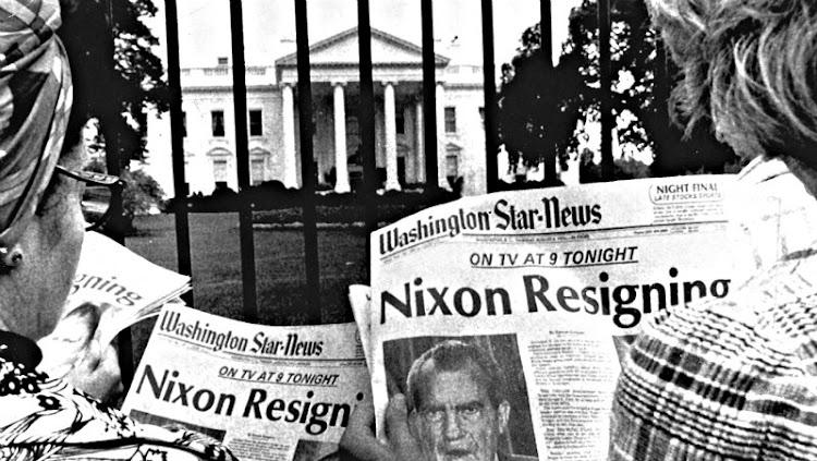 Resultado de imagen para Fotos de la Corte Suprema de los Estados Unidos ordena al presidente Richard Nixon, entregar las cintas con grabaciones de sus conversaciones que mantenía en su poder y se negaba a entregar al investigador del caso