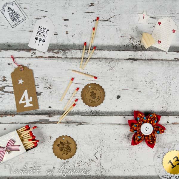 Handgemachtes Holzhäuschen. Bastelidee für Streichholzschachtel. Geschenkanhänger selbst gedruckt bzw. bestempelt. Selbst genähte Stoffblume als Brosche.
