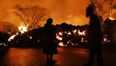 Penduduk dipaksa mengungsi akibat rumahnya terkena lahar panas