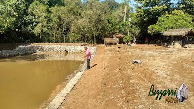 Bizzarri, da Bizzarri Pedras, visitando uma obra e orientando o trabalho onde estamos fazendo os muros de pedra em Cotia-SP, sendo o muro de pedra em volta do lago para evitar o desmoronamento da terra em volta do lago. Na foto fazendo o rejunte do acabamento do muro. 05 de maio de 2017.
