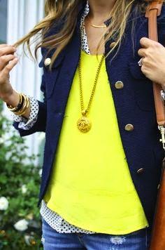 camisola amarela e blazer azul
