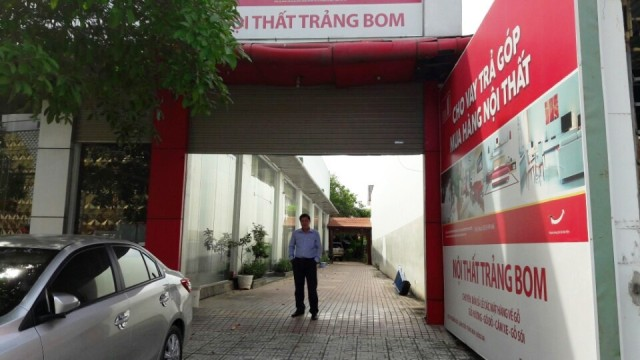 Cổng vào bên hông Showroom - Biệt thự - Nhà bằng Gỗ Hương mặt tiền quốc lộ 1A trung tâm huyện Trảng Bom Đồng Nai