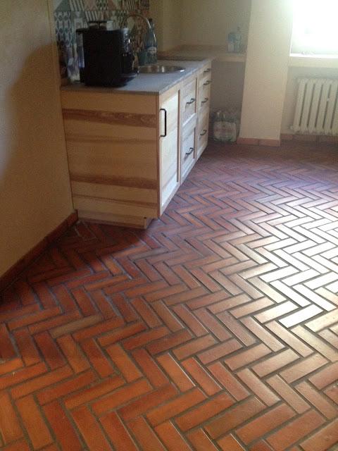 Rustykalna kuchnia z podłogą z cegły