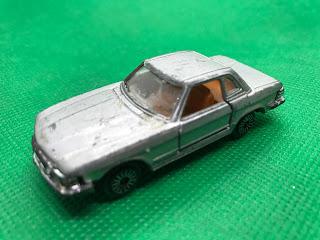 メルセデスベンツ 450SL のおんぼろミニカーを斜め前から撮影