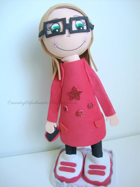 Fofucha con sudadera roja,leggins y gafas de pasta