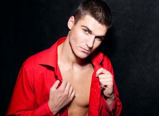 camiseta vermelha torna o homem mais atraente