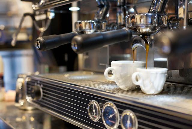 Espresso thường được uống bằng tách dày có hâm nóng trước, dung tích vào khoảng 40 ml. Loại cà phê này rất đậm đặc và có lượng caffeine cao hơn nhiều thứ đồ uống khác.    Việc uống Espresso là cả một nghệ thuật đối với dân Italy. Người thưởng thức một tay cầm tách một tay giữ đĩa, hít hà mùi thơm quyến rũ rồi uống cạn ly chỉ trong 3-4 hơi. Cả quá trình diễn ra nhanh chóng nhưng gọn ghẽ và đầy thanh lịch.