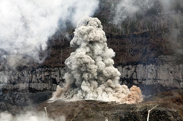 Panache de cendres du volcan Ibu