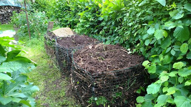 Herz des Biogartens die Kompostanlage hinter dem Schneckenzaunbeet (c) by Joachim Wenk