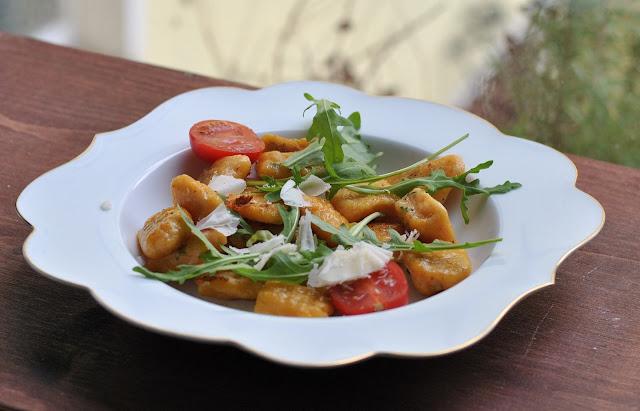 Süßkartoffel-Gnocchi mit Rucola und Ofentomaten