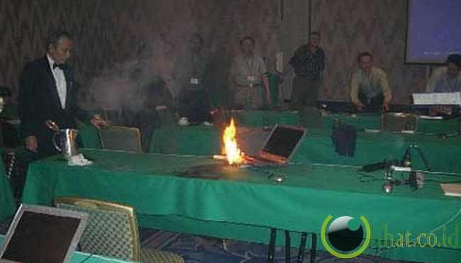 Laptop meledak, saat konferensi
