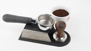 Tay pha máy pha cà phê