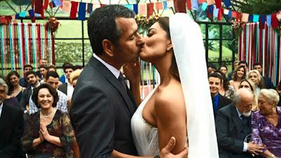 Maria da Paz (Juliana Paes) e Amadeu (Marcos Palmeira) se beijam como marido e mulher, no último capítulo de 'A Dona do Pedaço' — Foto: Globo