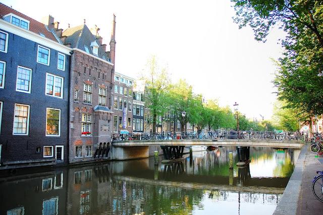 Amsterdam centrum miasta domki nad wodą i mosty