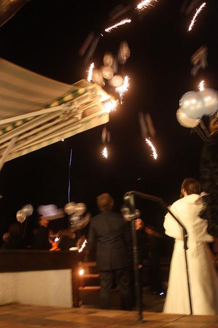 Heliumballons mit Wunderkerzen - Winterhochzeit am See, Riessersee Hotel Garmisch - Winter wedding in Bavaria, balloons with sparklers bei night