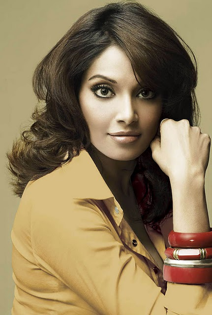 hot celebrities pics-bollywood hot actresses  Bipasha Basu looking sex bomb in sexy pics and photos