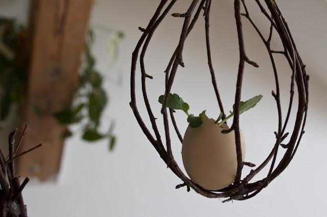 Nápad na závěsnou velikonoční dekoraci z přírodních materiálů, DIY hnízdo - dozdobit se dá mechem, zelenými rostlinami, vyfouklými vejci.