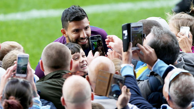 aguero-with-fans