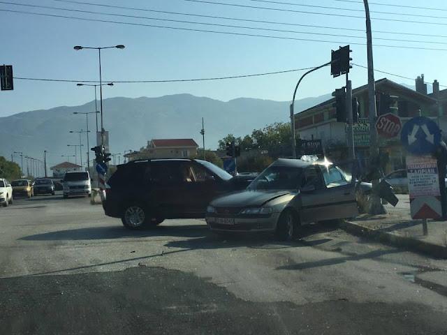 Σφοδρή σύγκρουση 2 οχημάτων (+ΦΩΤΟ)