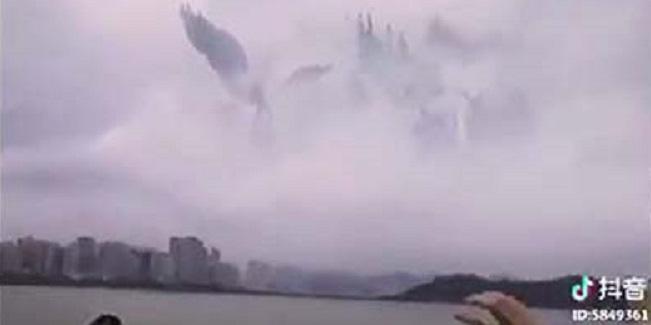 Η πύλη στον παράδεισο; Μια «χορωδία  αγγέλων» φαίνεται στον ουρανό της Κίνας ΒΙΝΤΕΟ