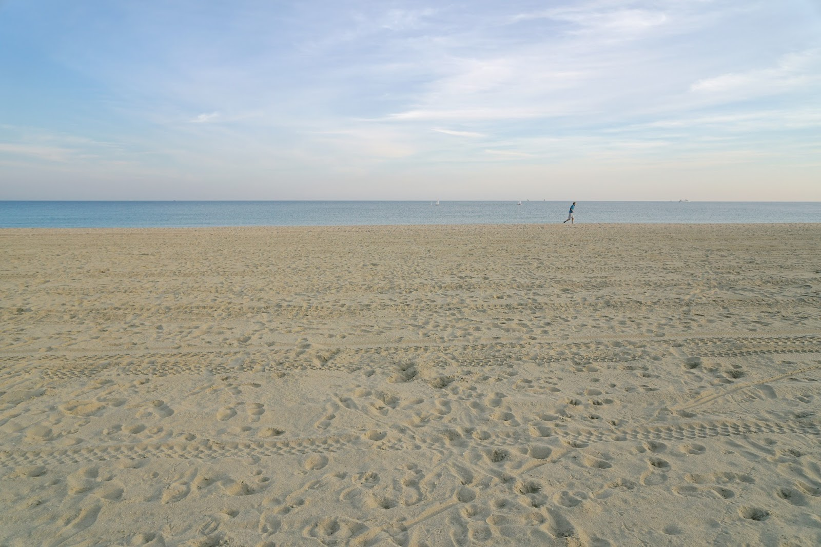 お店の前のバルセロナの砂浜と海