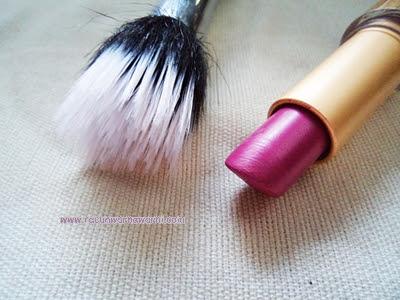 Memakai Lipstik Untuk Blush On