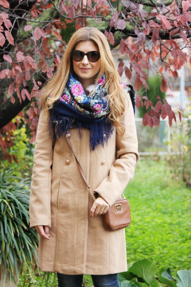 Outfit con combina abrigo beige de la redoute con pantalón