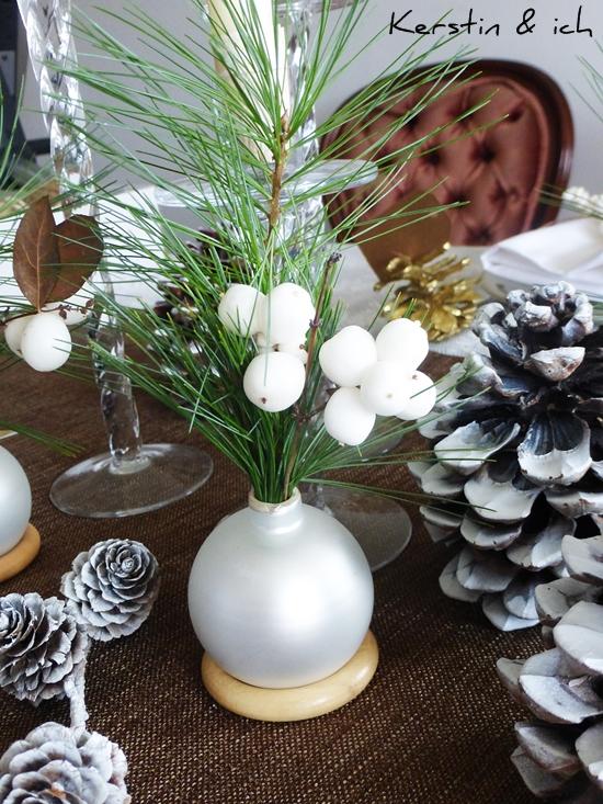 Tischdeko Weihnachten mit DIY-Vase aus Christbaumkugeln