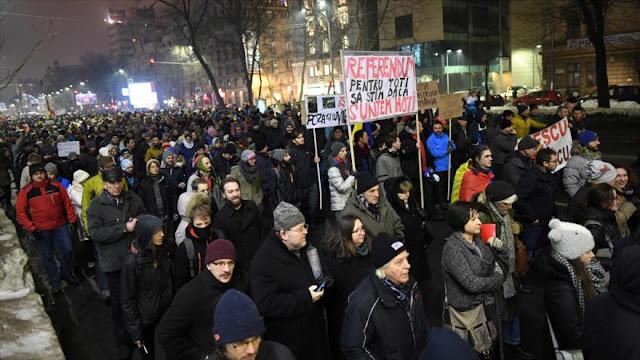 Rumanos marchan contra ley que despenaliza casos de corrupción
