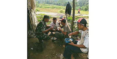 Tak Risih Makan Bersama Warga di Lokasi TMMD