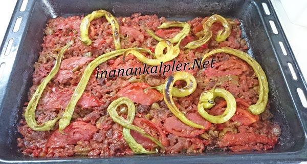 fırının üst ısıtıcısını açıp üzerindeki biberlerin ve etin kızart