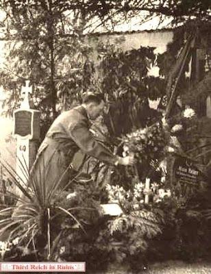 οι γονείς του Χίτλερ ο Χίτλερ στο νεκροταφείο hitler parents