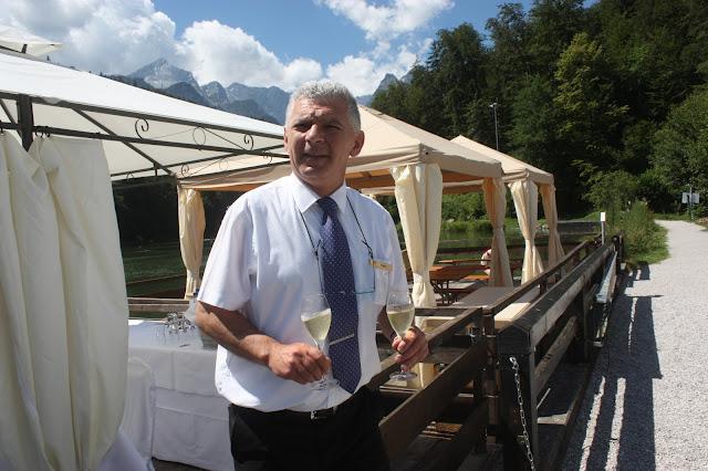 Restaurantleiter Dejan Panic Sommerhochzeit auf dem Riessersee-Floss mit Rundfahrt über den See, heiraten in Garmisch-Partenkirchen, Riessersee Hotel Bayern
