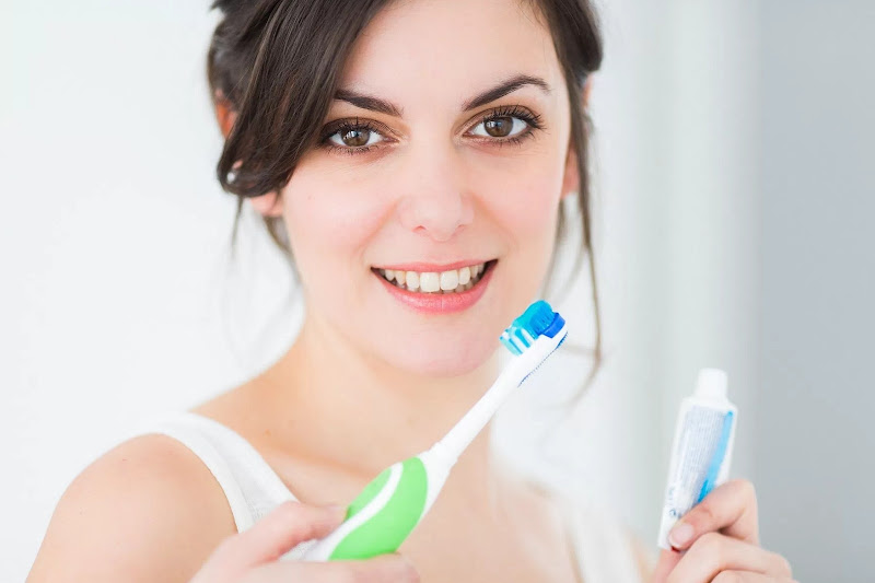 5 Alasan Menarik Menggunakan Minyak Kelapa Sebagai Pasta Gigi