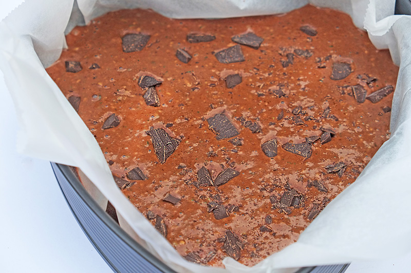 Boven op het mengsel, bestrooien met stukjes chocolade.