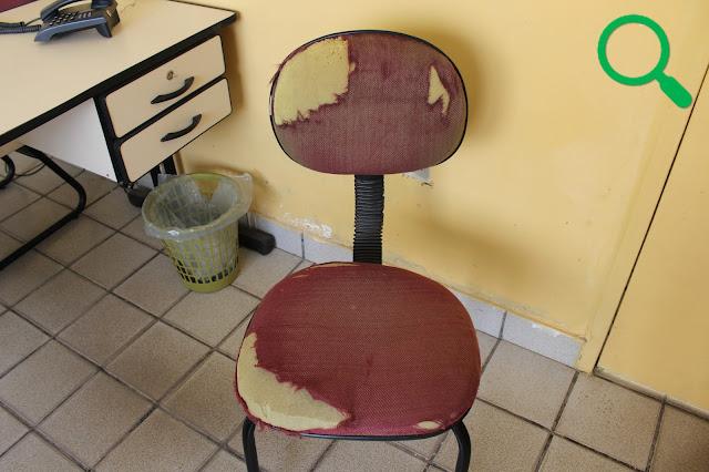 Cadeira rasgada na sala de espera da Prefeitura Municipal de Buenos Aires