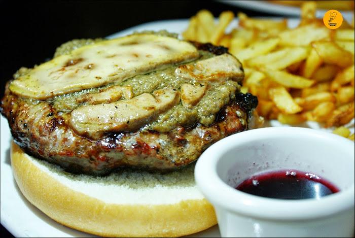 Hamburguesa Gancho (250 gramos de carne de cebón a la brasa, foie, trufa negra y salsa de arándanos) Gancho y Directo Pozuelo Madrid