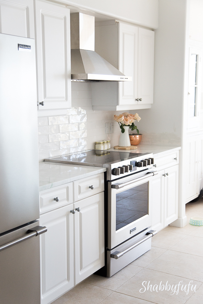 white-coastal-farmhouse-kitchen