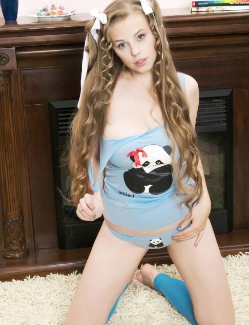 с большими натуральными сиськами www.eroticaxxx.ru эротика, большие сиськи, бритые, соло, молодые, носки, красотки, эротика, шатенка, волосы, косички