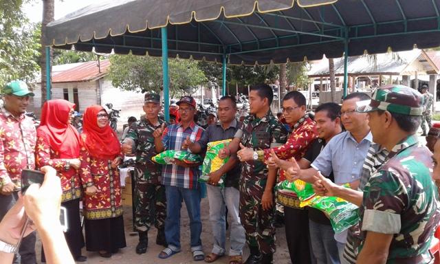 Dandim 0111 dan Dinas Pertanian & Peternakan Bireuen Serahkan 1.695 Kg Bibit Jagung Unggul di Empat Desa Kec. Juli