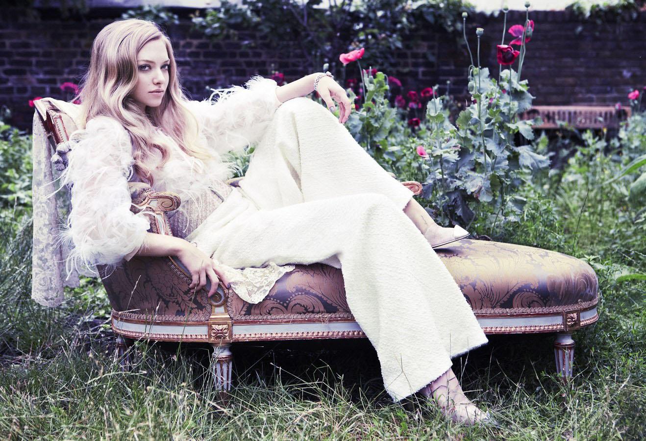 tatapan mata sinis artis Amanda Seyfried