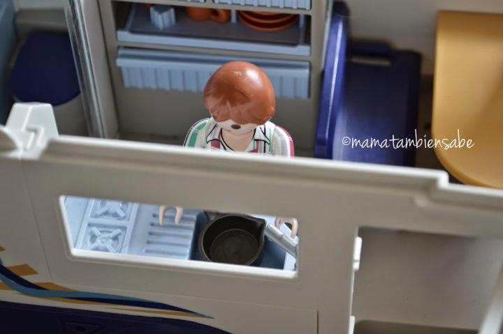 Papa en la cocinita de playmobil MTSigualdad