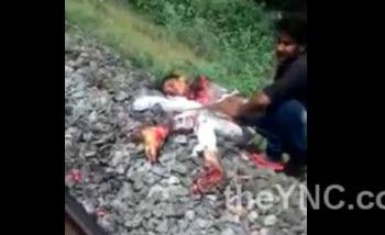 Hombre Llora ante el Cadáver de su Esposa Despedazada