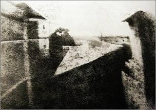"""Самая первая фотография в мире, автором которой стал Жозеф Ньепс, была сделана в 1826 году и была названа """"Вид из окна""""."""
