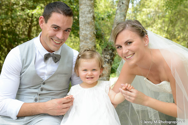 photo famille sourire mariés avec petite fille