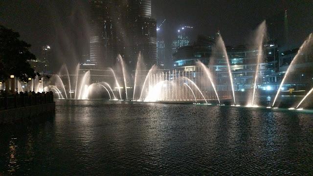 Бурдж-Халифа ночью, шоу с фонтанами