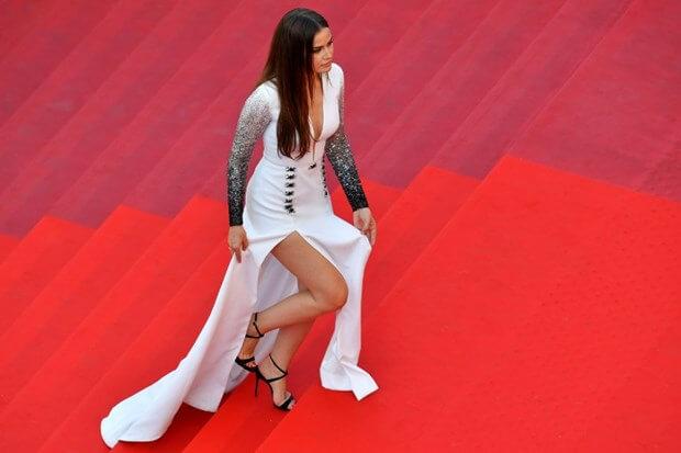 Fahriye Evcen pe covorul rosu la Cannes 2017