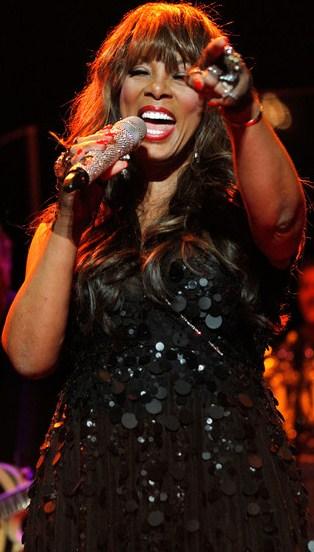 Foto de Donna Summer cantando en el escenario