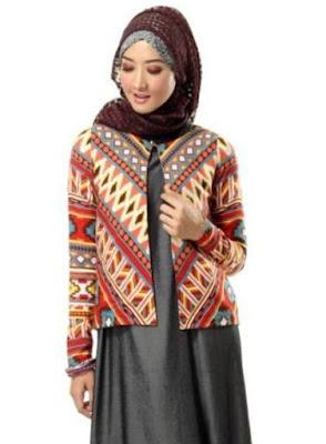 Perpaduan blazer batik modern dengan gamis polos