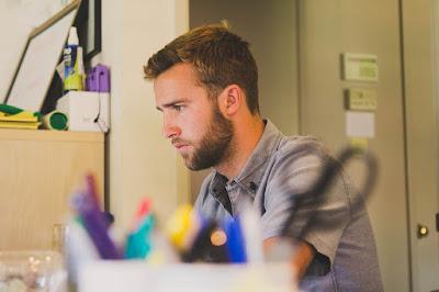 hombre concentrado trabajando